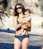 Camila Alves in a bikini at Malibu beach with son Levi, 01/18/09 Foto 9 (Камила Элвис в бикини на пляже Малибу с сыном Леви, 01/18/09 Фото 9)
